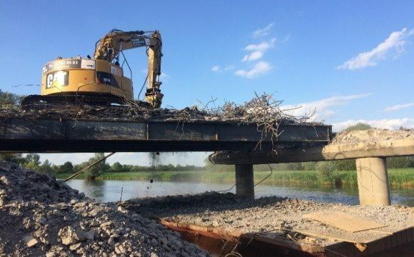 Rozbiórka mostu przez rzekę Wartę w miejscowości Warta
