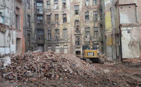 Wyburzenia i rozbiórki ręczne w zabytkowych kamienicach położonych w Warszawie przy ul. Foksal 13 i 15
