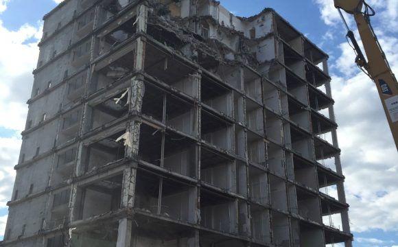 """Rozbiórka budynku """"F"""" Szkoły Głównej Handlowej w Warszawie przy al. Niepodległości 164"""